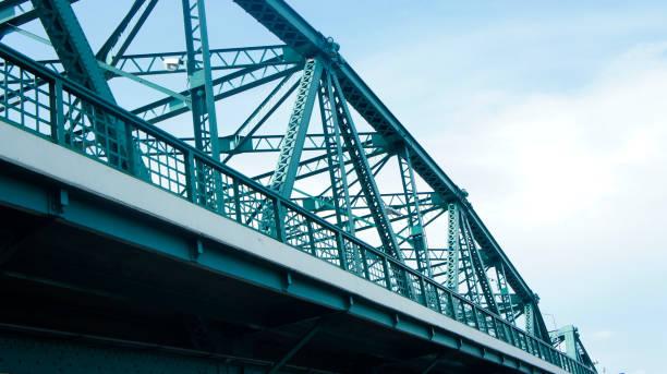 ijzeren brug. ondersteuning van boven de brug, stalen structuur - neva stockfoto's en -beelden