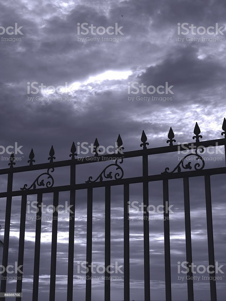 Iron Fence and Gloomy Sky royalty free stockfoto