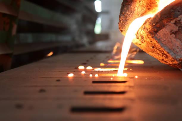 Metal fundido hierro verter en molde de arena - foto de stock