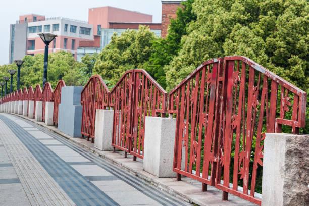 Barandillas de hierro y carreteras para carreteras urbanas - foto de stock