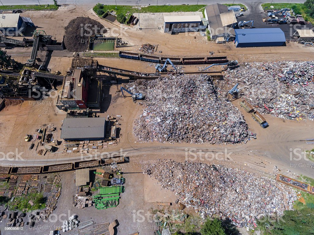 Iron raw materials recycling pile, work machines. Lizenzfreies stock-foto