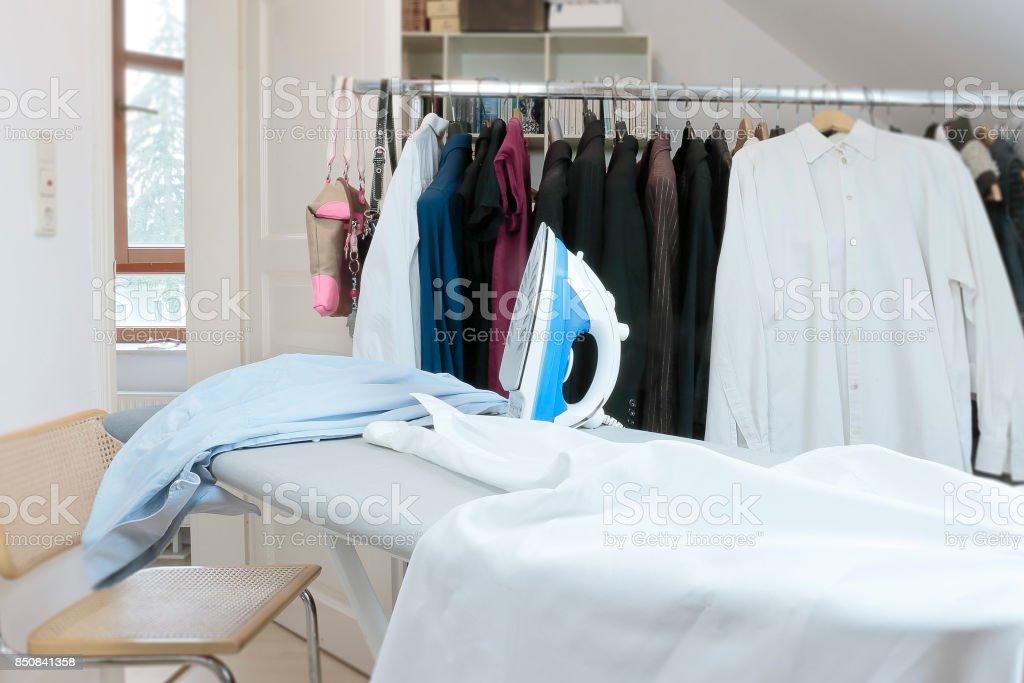 Bügeln in der Garderobe. – Foto
