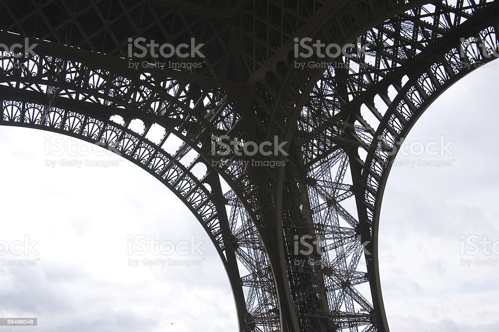 Détail en fer forgé sur la Tour Eiffel de Paris, en France. photo libre de droits