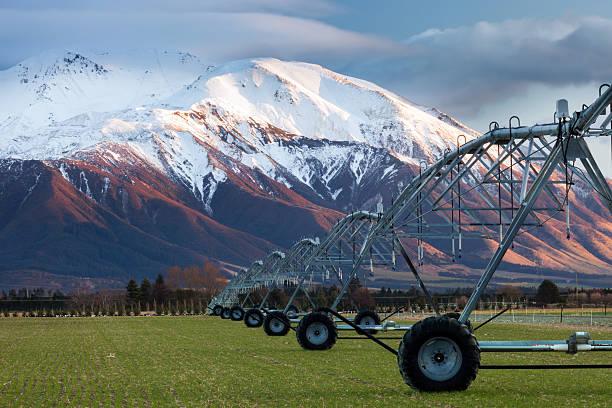 Bewässerung Maschine Laufen im winter durch paddock – Foto