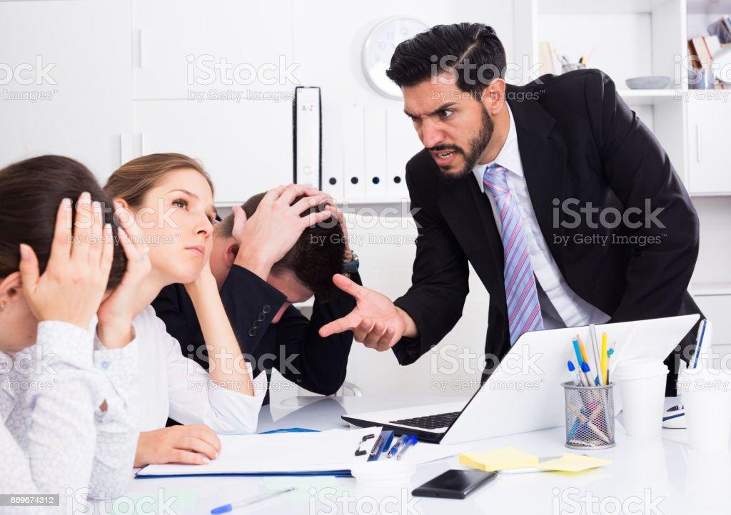 Chefe irritado repreendendo subordinados - foto de acervo
