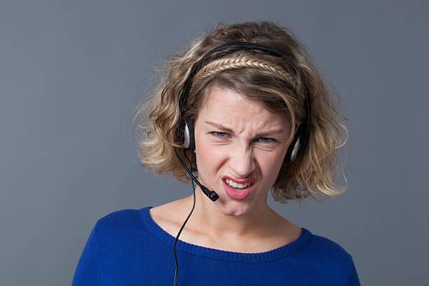 Gereizte junge call me gesture assistant frustriert schwierigen Ortsgespräche – Foto