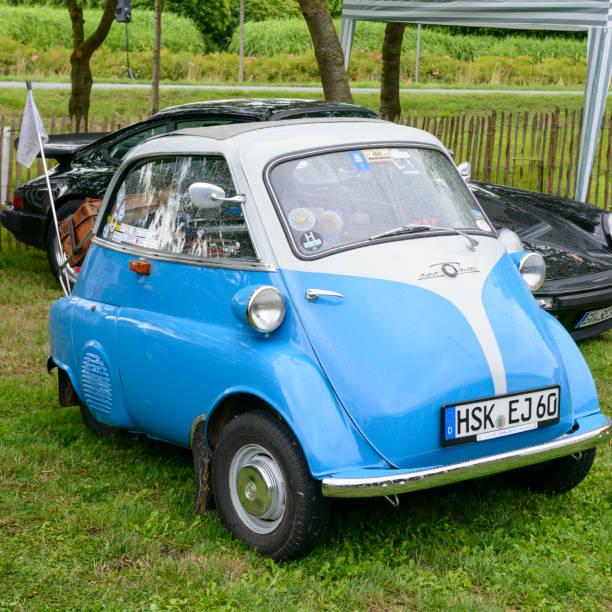 bmw isetta 250 1950er jahre microcar oder bubble car - bmw roller stock-fotos und bilder