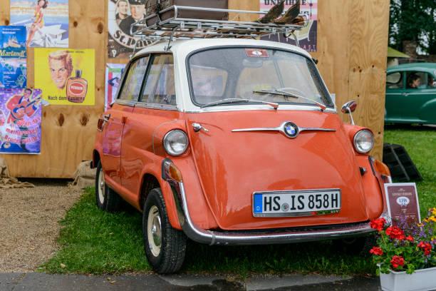 bmw isetta 600 viersitzer der 1950er jahre microcar oder bubble car - bmw roller stock-fotos und bilder