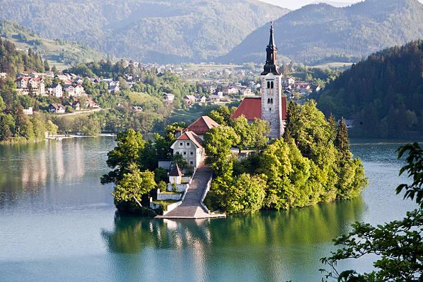 islad sur le lac bled - slovénie photos et images de collection