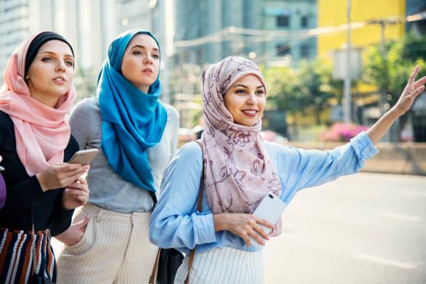 Islamiques amis appel de taxi dans la rue - Photo
