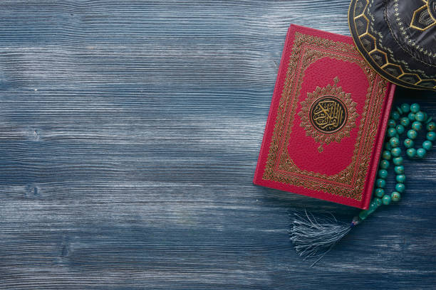 islamic koran with rosary beads on wooden background. islamic concept with copy space - cora��o imagens e fotografias de stock