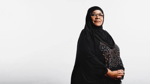 islamic woman in hijab - скромная одежда стоковые фото и изображения