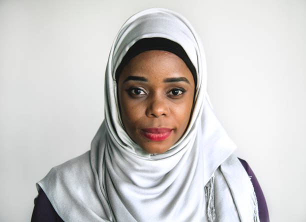 islamic woman portrait looking at camera - хиджаб стоковые фото и изображения