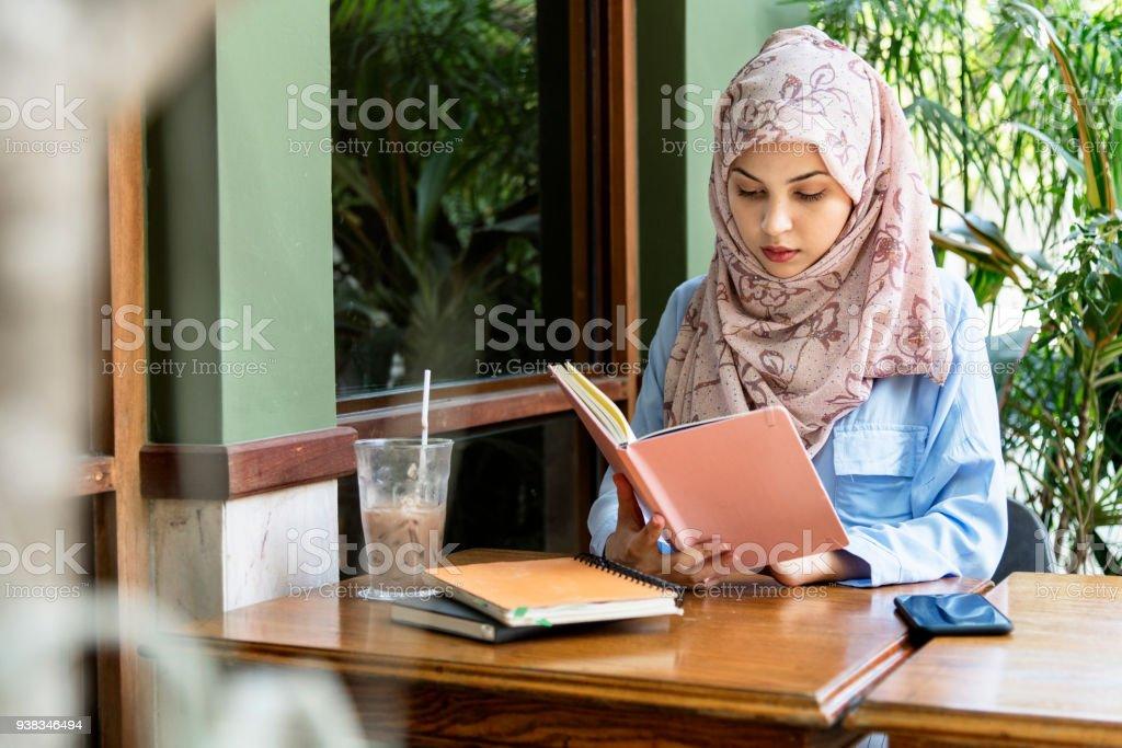 Islamische Frau Lesebuch – Foto