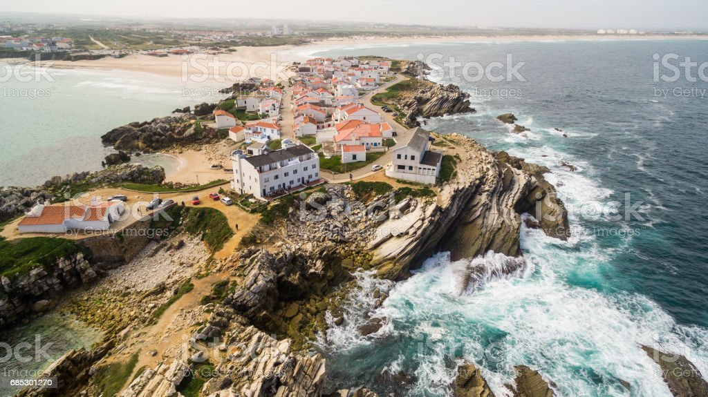 Island Baleal naer Peniche on the shore of the ocean in west coast of Portugal foto de stock royalty-free