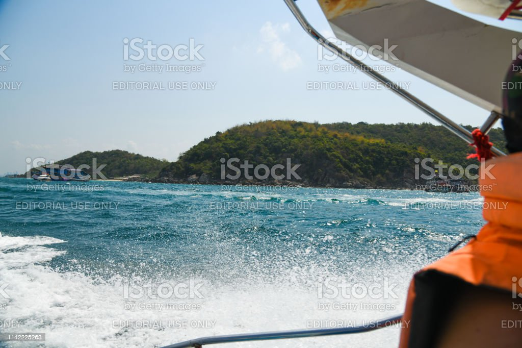 Photo Libre De Droit De Ile Vert Montagne Vue De Linterieur Bateau Ocean Vagues Mer Fond Decran Fond Banque D Images Et Plus D Images Libres De Droit De Beaute Istock