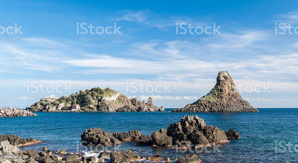 Isola e mare Lachea una pila, di Acitrezza (Sicilia - foto stock