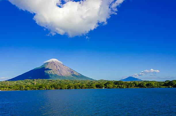"insel ometepe mit veranstaltungsraum ""vulcano"" in nicaragua - nicaragua stock-fotos und bilder"