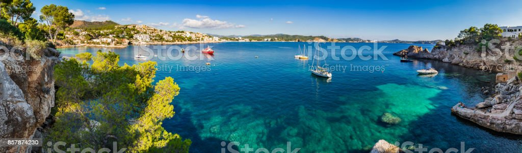 Island scenery, idyllic coast bay of Cala Fornells on Majorca, Spain Mediterranean Sea - foto stock