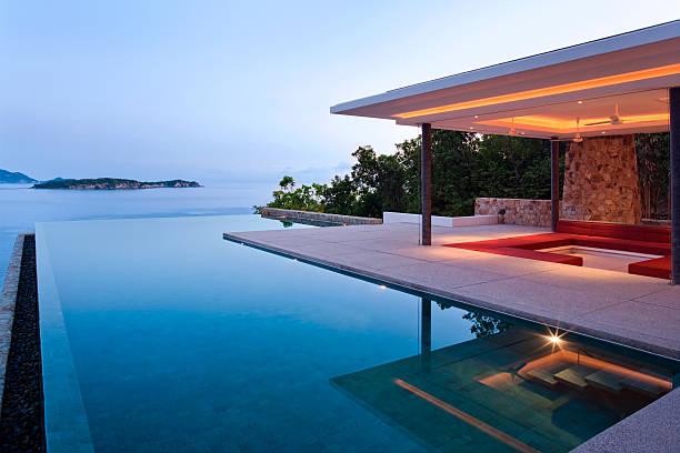 island villa bei sonnenaufgang - ferienhaus thailand stock-fotos und bilder