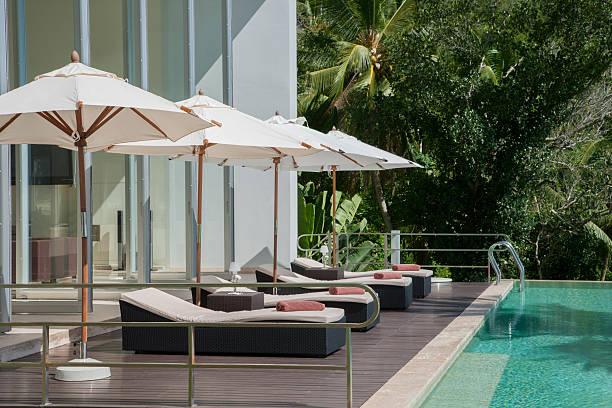 island villa pool - sonnenschirm terrasse stock-fotos und bilder