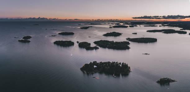 öar i skärgården utanför helsingfors finland vid solnedgången - drone helsinki bildbanksfoton och bilder