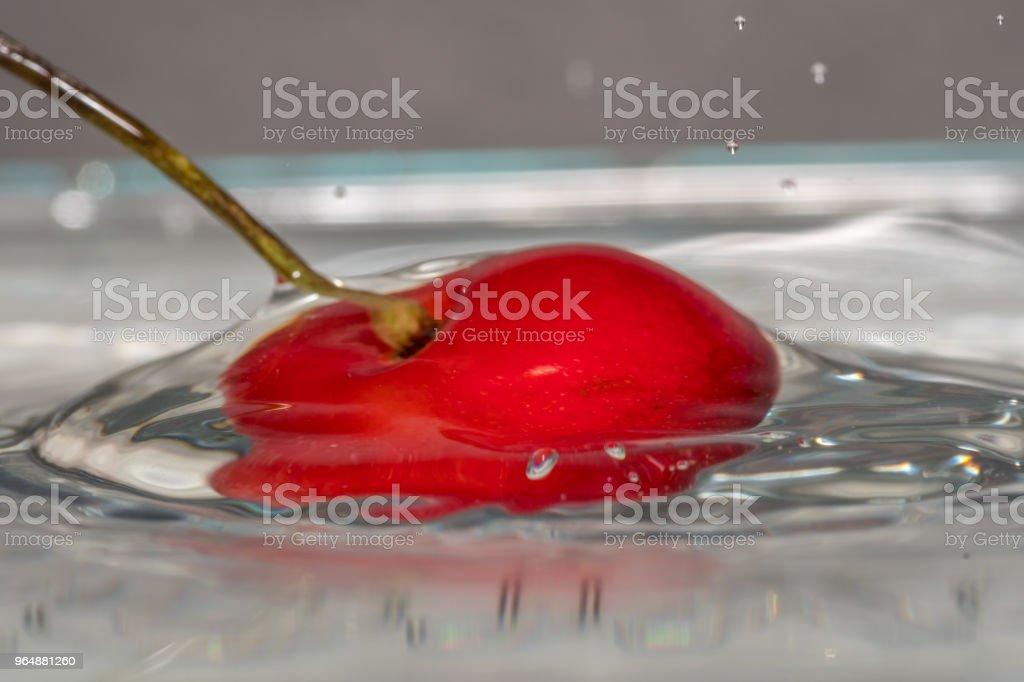 用水分離紅櫻桃的宏觀 - 免版稅以色列圖庫照片