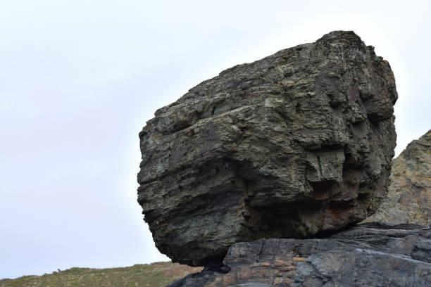 Roca aislada en el acantilado Tregardock - foto de stock