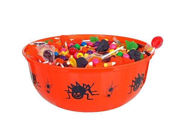 изолированные ваза конфеты на хеллоуин - halloween candy стоковые фото и изображения