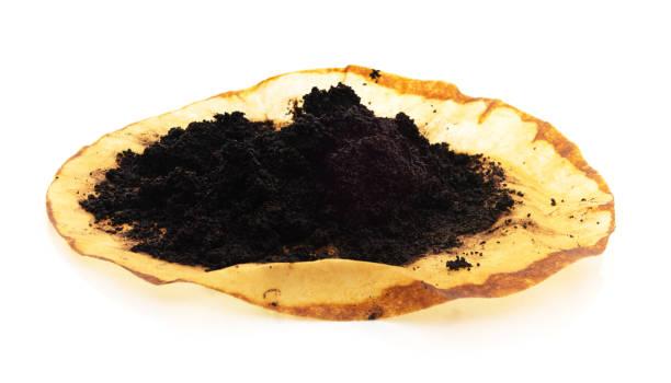 isolierte gebrühten kaffee bodenfilter - kaffeepulver stock-fotos und bilder