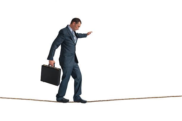 hombre de negocios aislado contabilización de cuerda floja - alambre fotografías e imágenes de stock