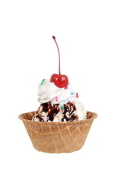 coppa al cioccolato con ciliegia isolato - coppa gelato foto e immagini stock