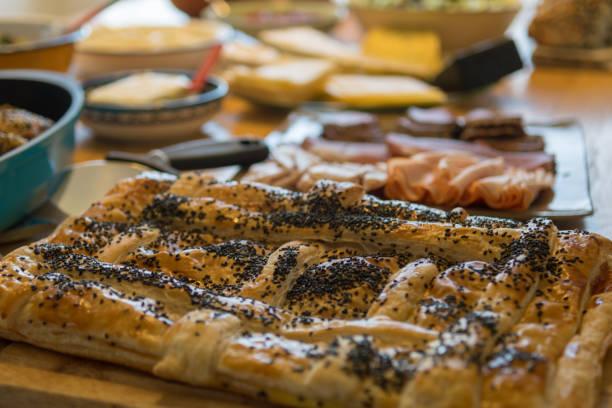 一個典型的以色列星期六早晨美味的地中海早餐的孤立特寫圖像檔