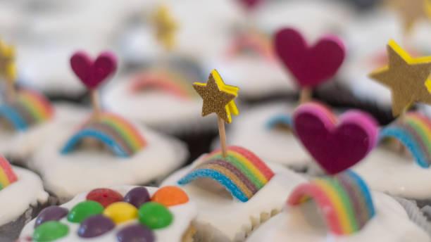 在生日聚會上,分離的多個美味的裝飾紙杯蛋糕與鞭子奶油和糖果的隔離特寫- 以色列圖像檔
