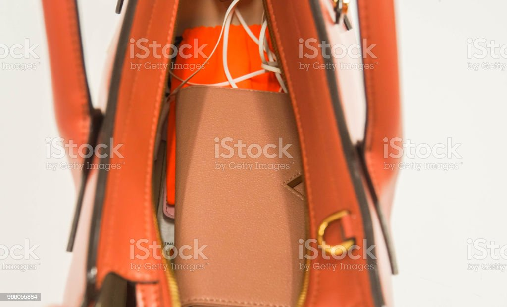 isolerade närbild kvinna plånbok i naken färg och tillbehör i personlig läder handväska - Royaltyfri Arbeta Bildbanksbilder