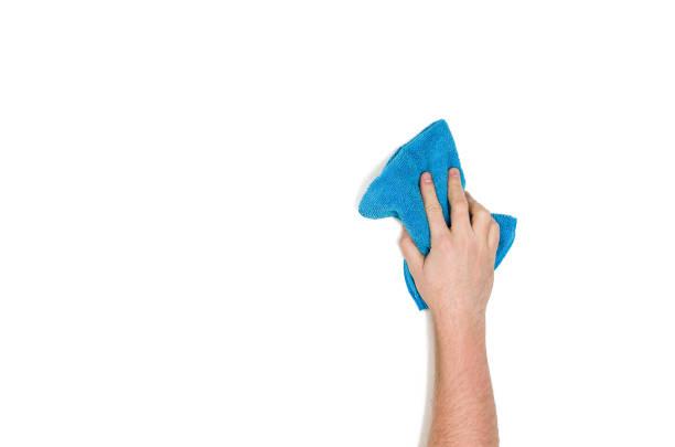 isolierte hand reinigung vor einem weißen hintergrund, ansicht von oben - glaswaschtisch stock-fotos und bilder