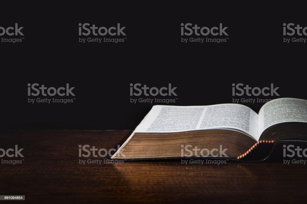 Holy Biblia aislado - foto de stock