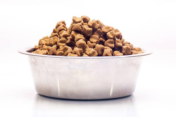 isolierte metall schüssel mit hund dry speisen. - hundenapf stock-fotos und bilder