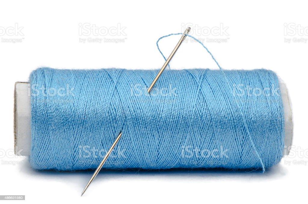 Isolado needle e azul encadeamento bilros no fundo branco - foto de acervo