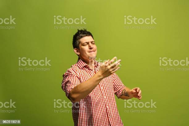 Foto de Isoladas Em Verde Jovem Casual Gritando No Estúdio e mais fotos de stock de Aberto