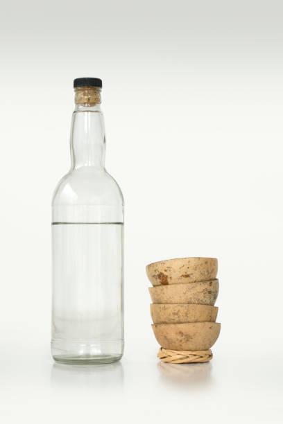 foto aislado de una botella de mezcal y una copas tradicionales. - mezcal fotografías e imágenes de stock