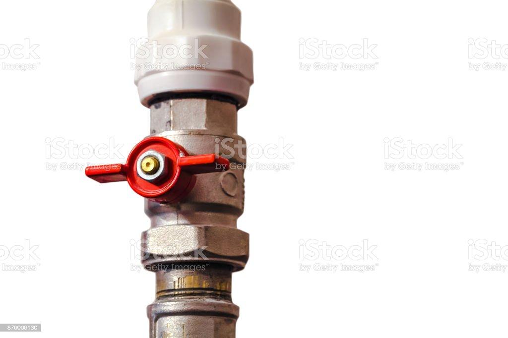 Isolierte Rohrleitungen Ventil mit roter Hahn auf dem Wasser Kunststoffrohr Sanitärsystems. Close-up. – Foto