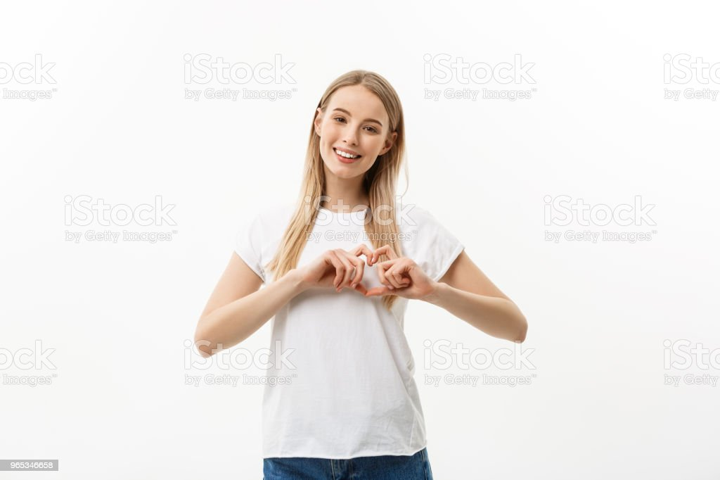 Portrait isolé de belle femme caucasienne font coeur symbole de mains. Fond de studio blanc. Copiez l'espace. - Photo de Adolescent libre de droits