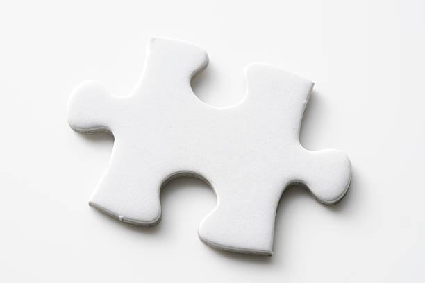 isolierte schuss von jigsaw puzzle stück auf weißem hintergrund - puzzleteile stock-fotos und bilder