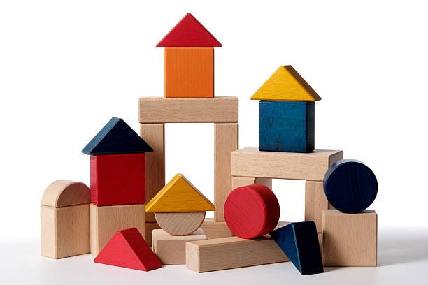 Aislado fotografía de casa edificio bloques de madera sobre fondo blanco - foto de stock