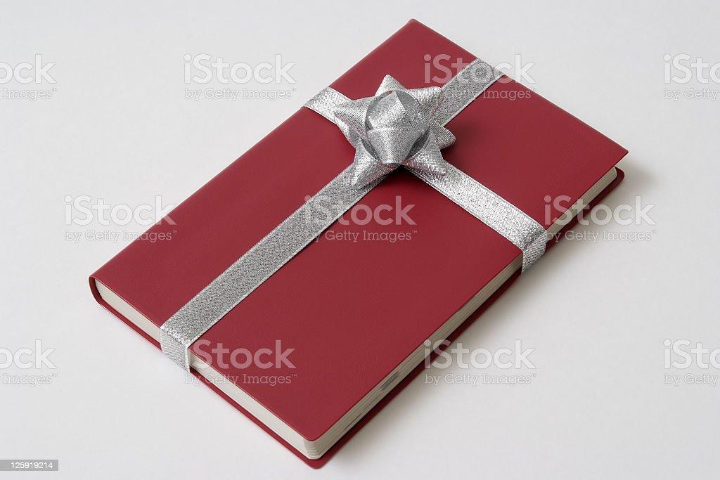 Isolierte Schuss von roten Buch mit Band auf weißem Hintergrund – Foto