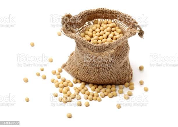 Geïsoleerde Schot Van Gestapelde Gedroogde Sojabonen Op Witte Achtergrond Stockfoto en meer beelden van Biologisch