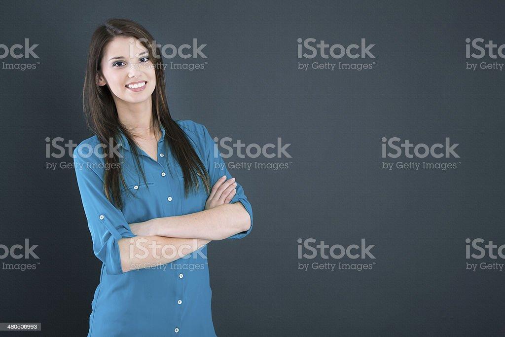 Aislado mujer sonriente sobre fondo azul oscuro. - foto de stock