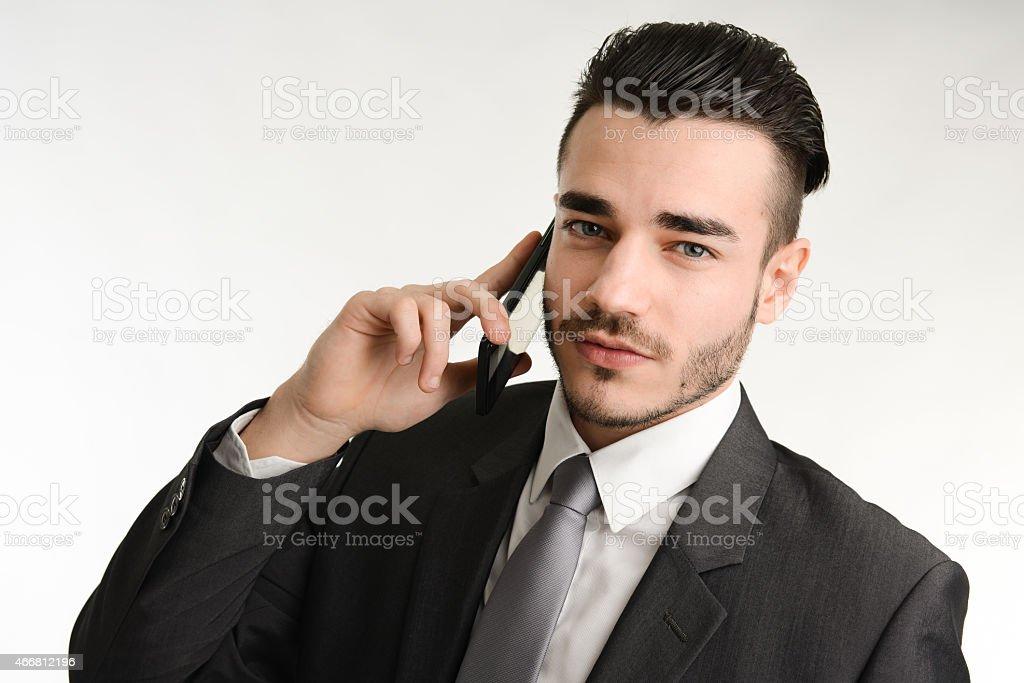 Isolato Studio Uomo Daffari Di Parlare Al Telefono Su Sfondo Bianco