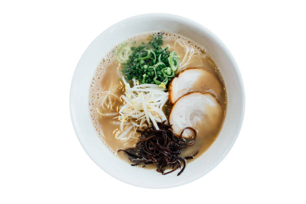 麺を含む博多風塩 chashumen (塩スープ) の分離のトップ ビュー薄切りチャーシュー、もやし、海苔、ねぎ。 - ラーメン ストックフォトと画像